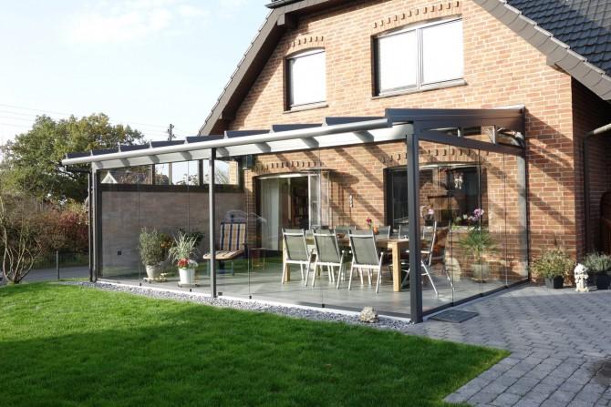 Dieser Sommergarten in Detmold mit geschlossenen Glaselementen bietet Schutz vor schlechtem Wetter.