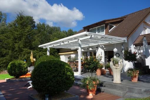 Überdachung einer Terrasse - hier mit eingerückten Stützen
